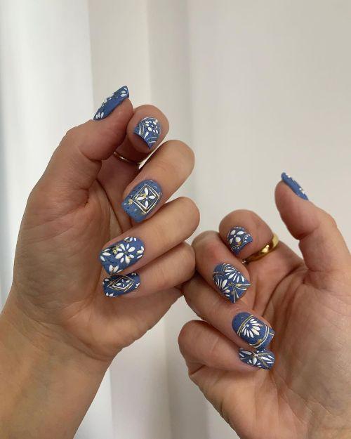 Uñas cuadradas azules flores blancas