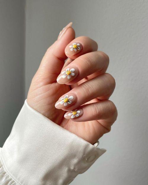 Uñas con flores en blanco y amarillo