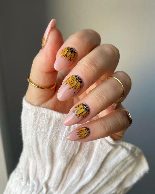 Uñas con flores de pétalos amarillos