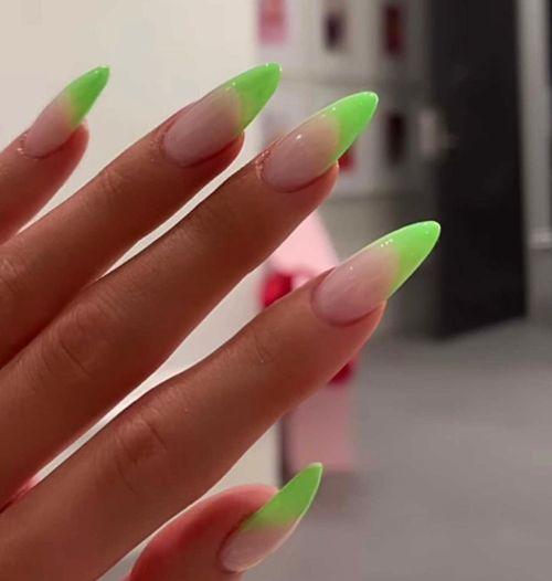 Uñas con bordes verdes