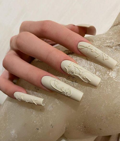 Uñas blancas de porcelana con dibujos