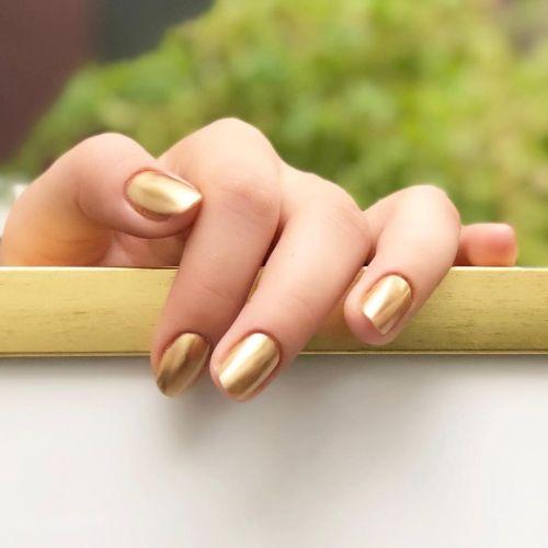 Uñas en dorado