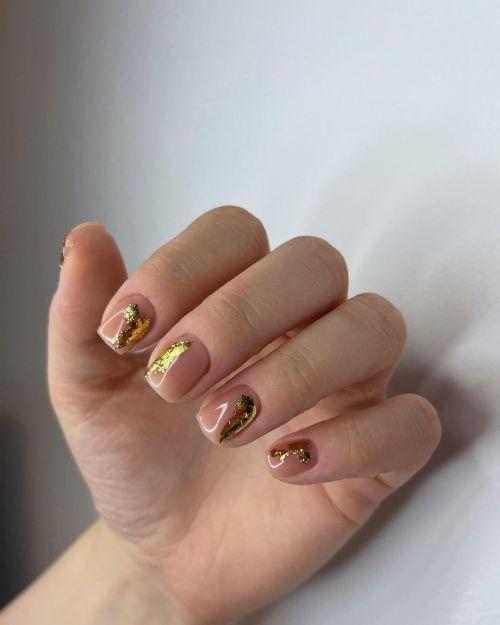 Uñas con dorado en el lateral