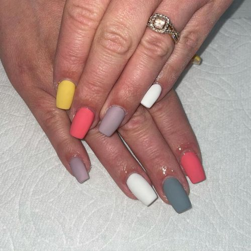 Uñas de colores mate variados
