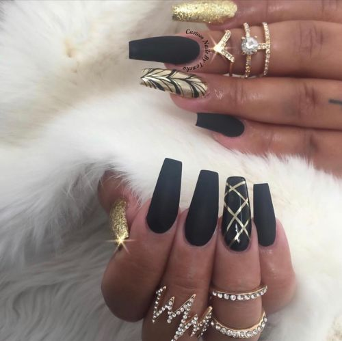 Color mate negro y detalles dorados en uñas