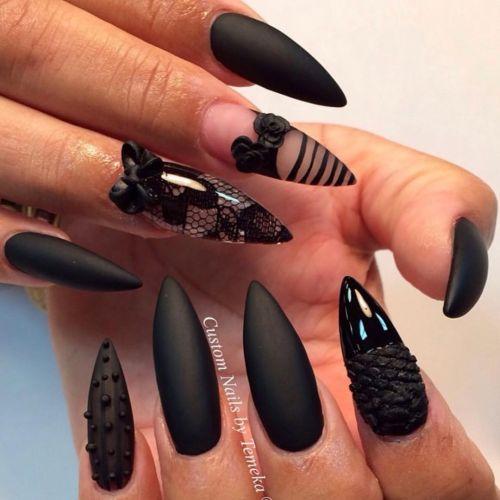 Uñas en color mate negro con releves y adornos