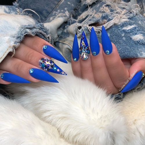 Uñas largas en punta azul con piedras