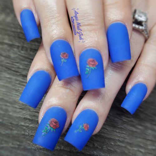 Uñas mate en azul con flores