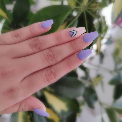 Uñas largas lilas con azul baby y medias lunas a media uña