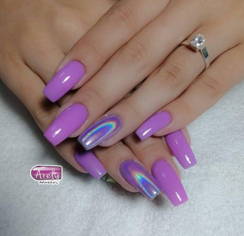 Uñas largas lilas efecto holográfico