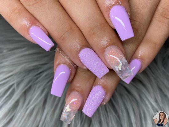 Uñas largas lilas con purpurina y uñas transparentes