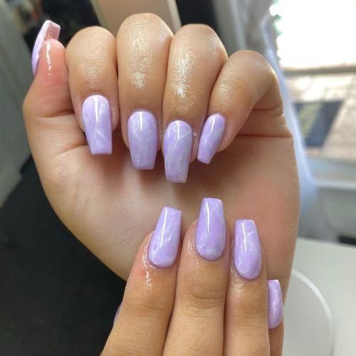 Uñas largas efecto mármol blanco y lila
