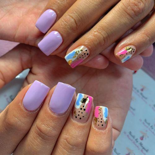 Uñas lilas con otros colores y diseños