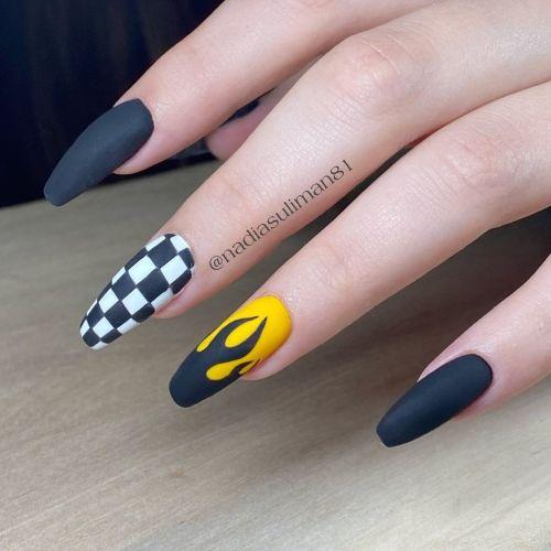 Uñas negras con amarillo en llama y cuadros blancos y negros