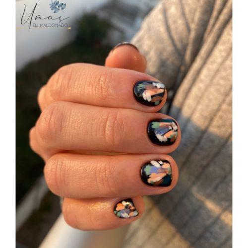 Uñas cortas negras con manchas de colores