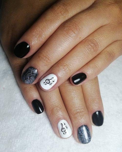 Uñas negras con blancas y notas musicales