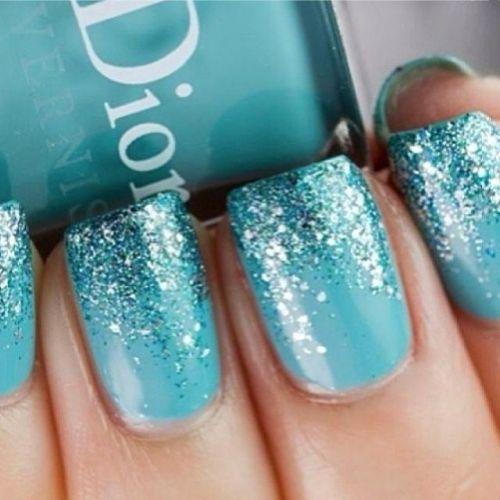Uñas azules con brillo
