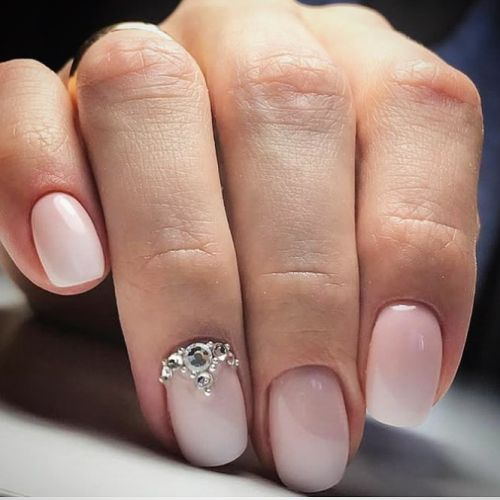 Uñas de boda sencillas con aplique dorado en la base de una uña