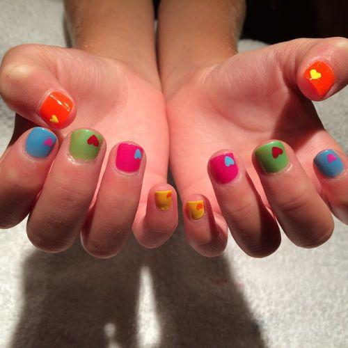 Uñas de colores con corazones