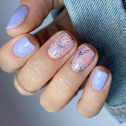 Uñas con fondo lila y flores