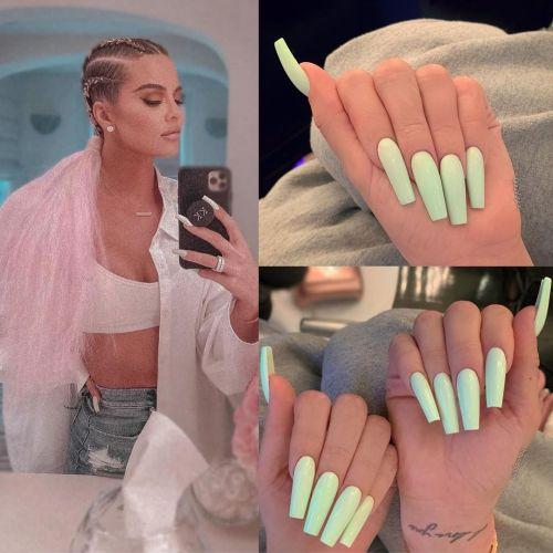 Uñas tono celeste Kardashian