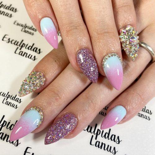 Uñas en variedad de tonos morados, blancos con lilas y plateados con purpurina