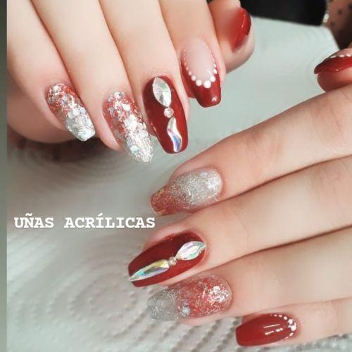 Uñas rojas con brillo y piedras