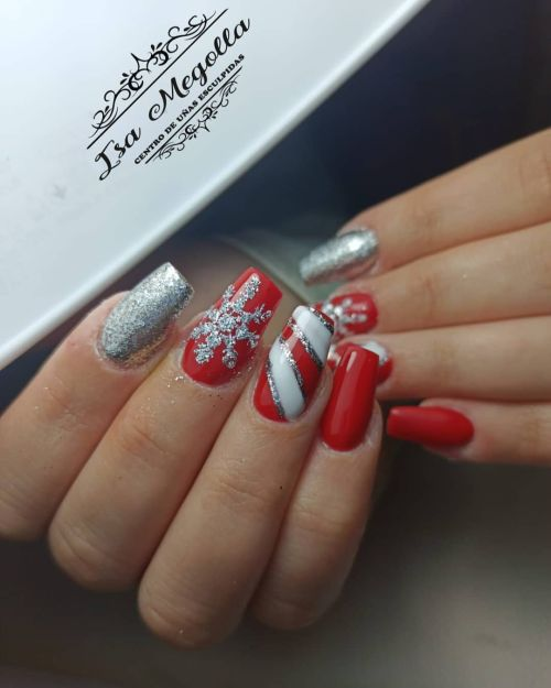 Uñas rojas con plata y brillo