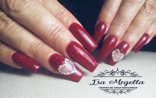 Uñas rojas con corazón de piedras
