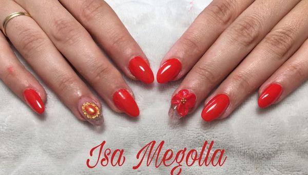 Uñas rojas decoradas con flor