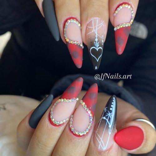 Uñas rojas con negro y adornos de piedra