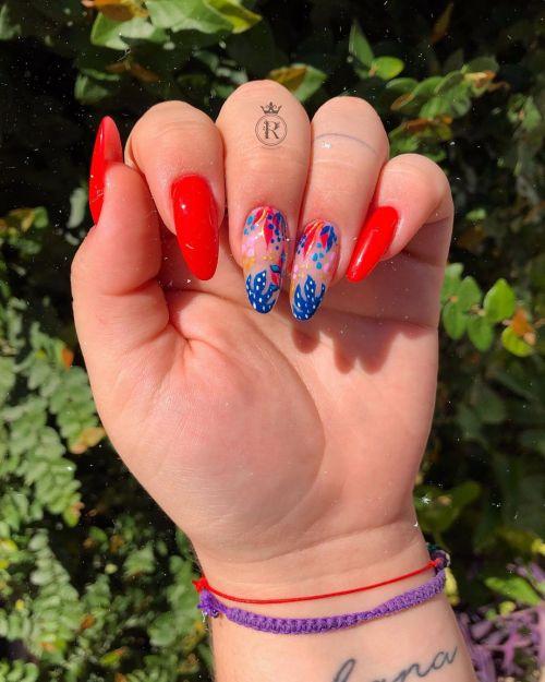 Uñas rojas con azul