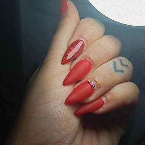 Uñas rojas con apliques de piedras