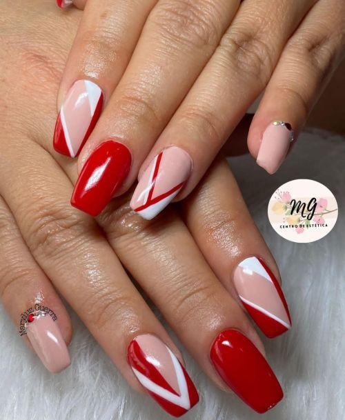 Uñas rojas con colores rosa palo y líneas