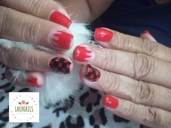 Uñas rojas con colores negros