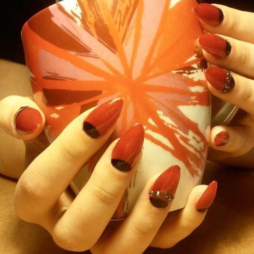 Uñas rojas muy largas con negro en la base