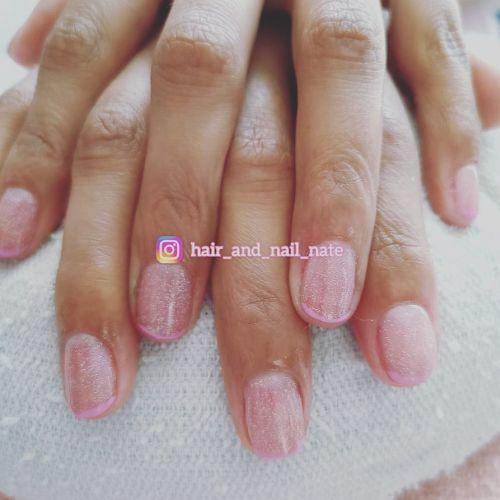 Uñas cortas rosa claro con brillo