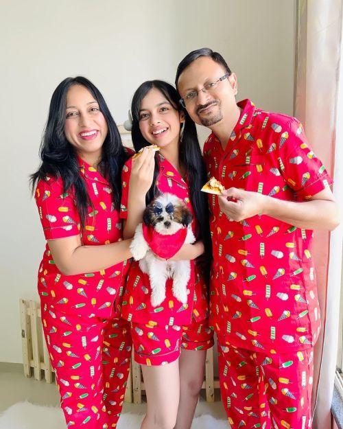Familia compartiendo pijama
