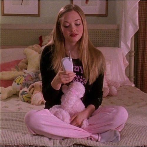 Joven vestida con color rosa en la cama