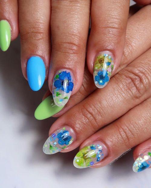 Uñas almendradas de colores con flor