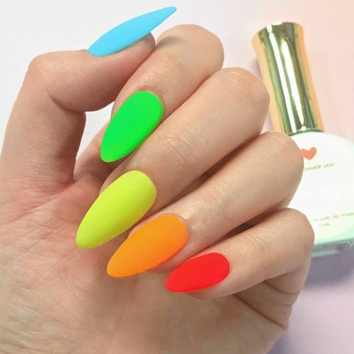 Uñas almendradas de colores vibrantes