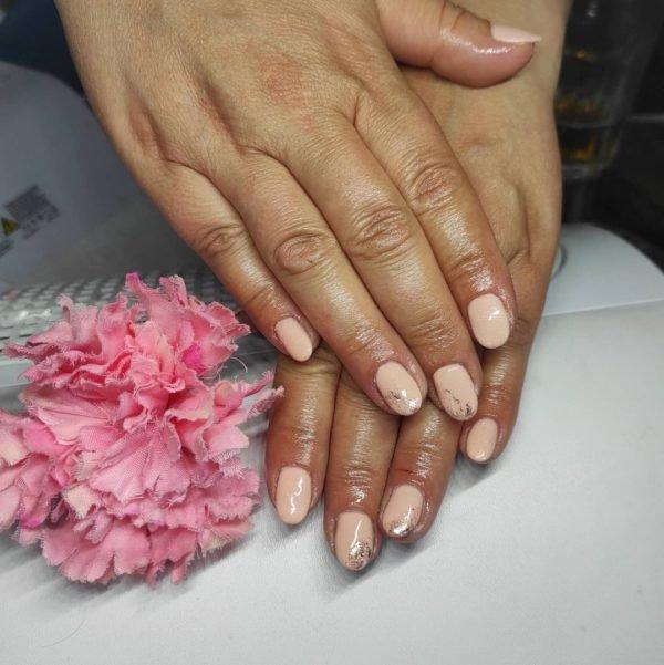 Uñas beige 2022 uñas combinadas con purpurina