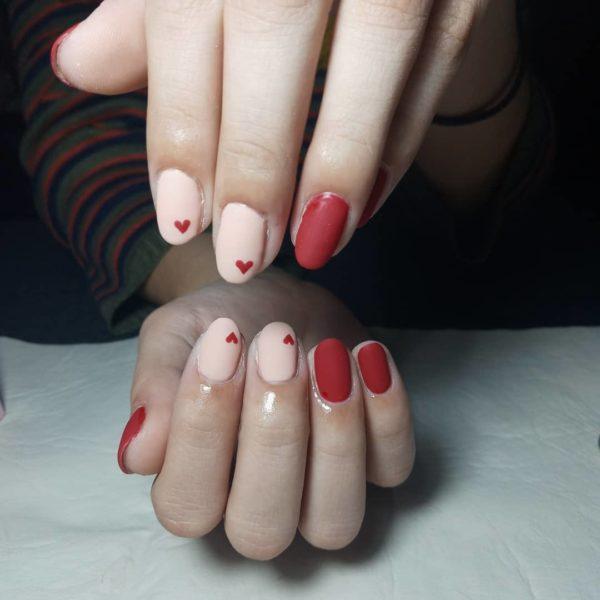 Uñas beige 2022 uñas combinadas con rojo
