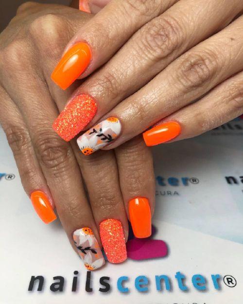 Uñas coral con colores blanco y naranja
