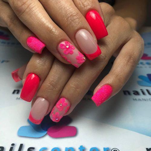 Uñas coral con rosa y flor