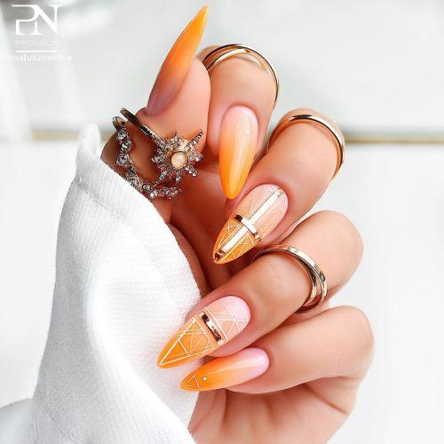 Uñas coral y naranja con adornos
