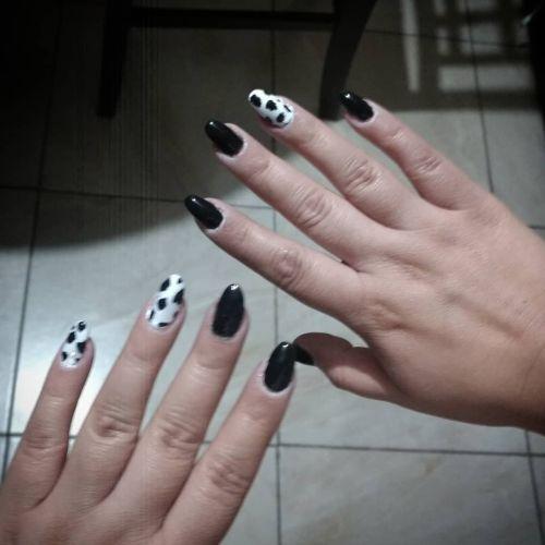 Uñas de puntos blanco y negro