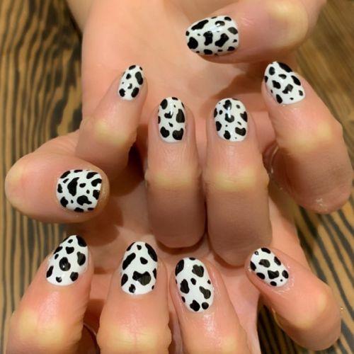 Uñas blancas con puntos negros animal print