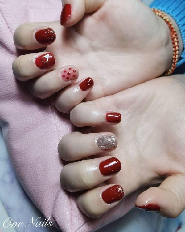 Uñas cortas con puntos en rojo