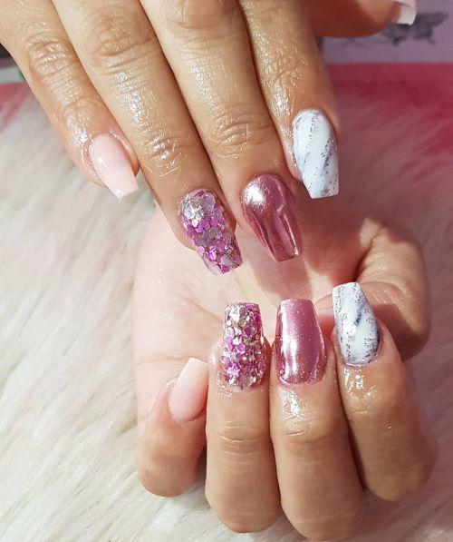 Uñas espejo lilas con mármol